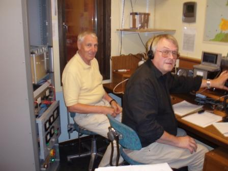 I NAC tävlingen på 1296 i juli 2007 besöktes klubben av Lennart SM6BTT. Lennart är gammal Karlsborgare och har från sitt QTH i södra skogen bl a ett distansrekord på 2 meter. Här ser vi Lennart (till vänster) och K-G, SM6QA i tävlingen på 1296. Den kvällen blev det personligt QSO rekord för K-G